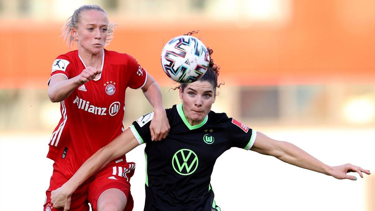 Lea Schüller (links; FC Bayern) im Zweikampf mit Dominique Janssen (VfL Wolfsburg)