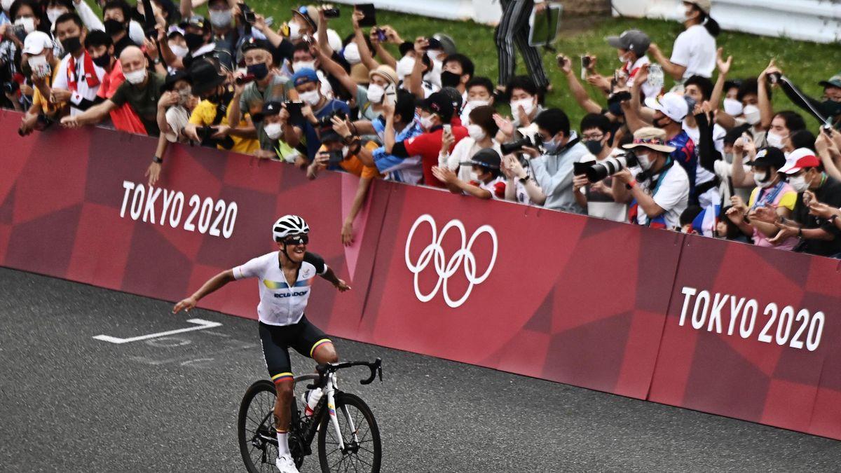 Richard Carapaz entra en la linea de meta y se lleva el oro de los Juegos Olímpicos de Tokio 2020