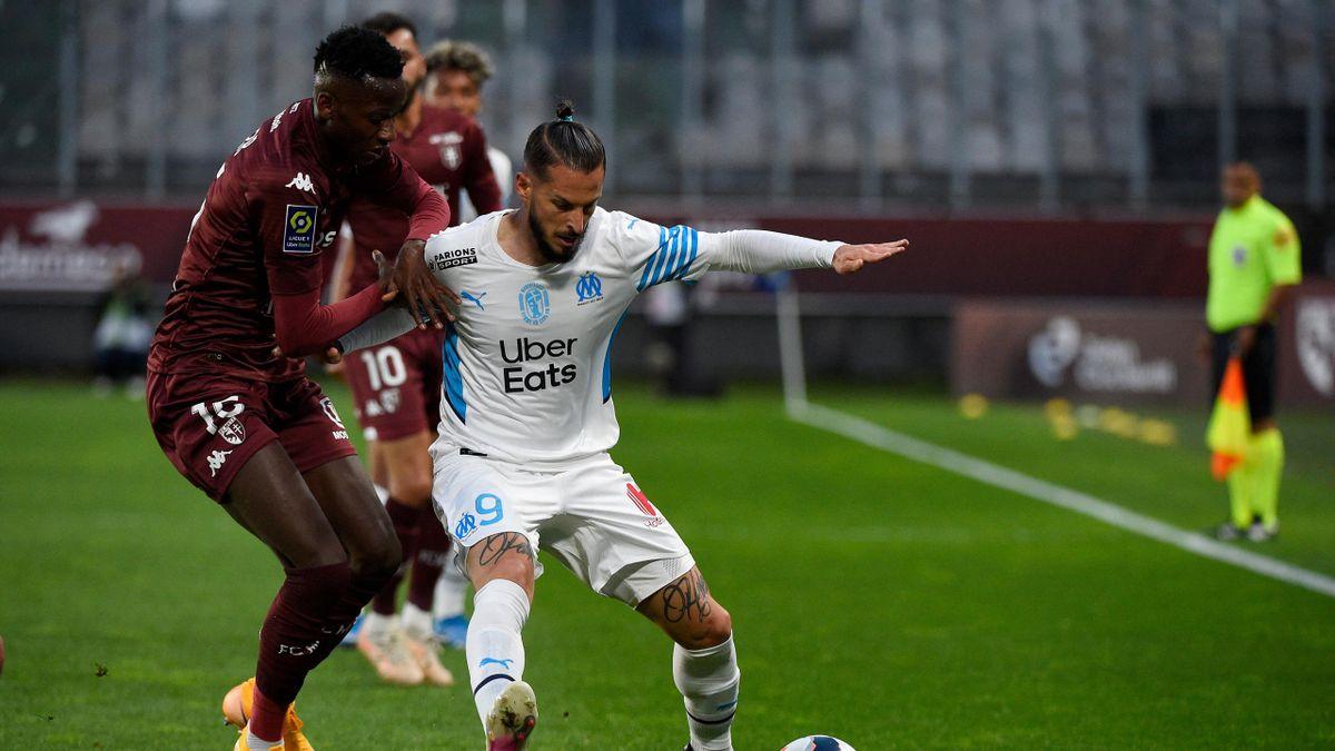 Benedetto tente de protéger son ballon face à Metz
