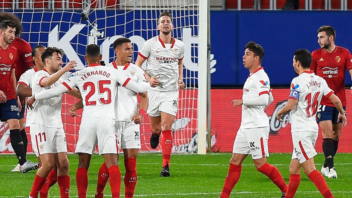Los jugadores del Sevilla celebran un gol de Diego Carlos a Osasuna