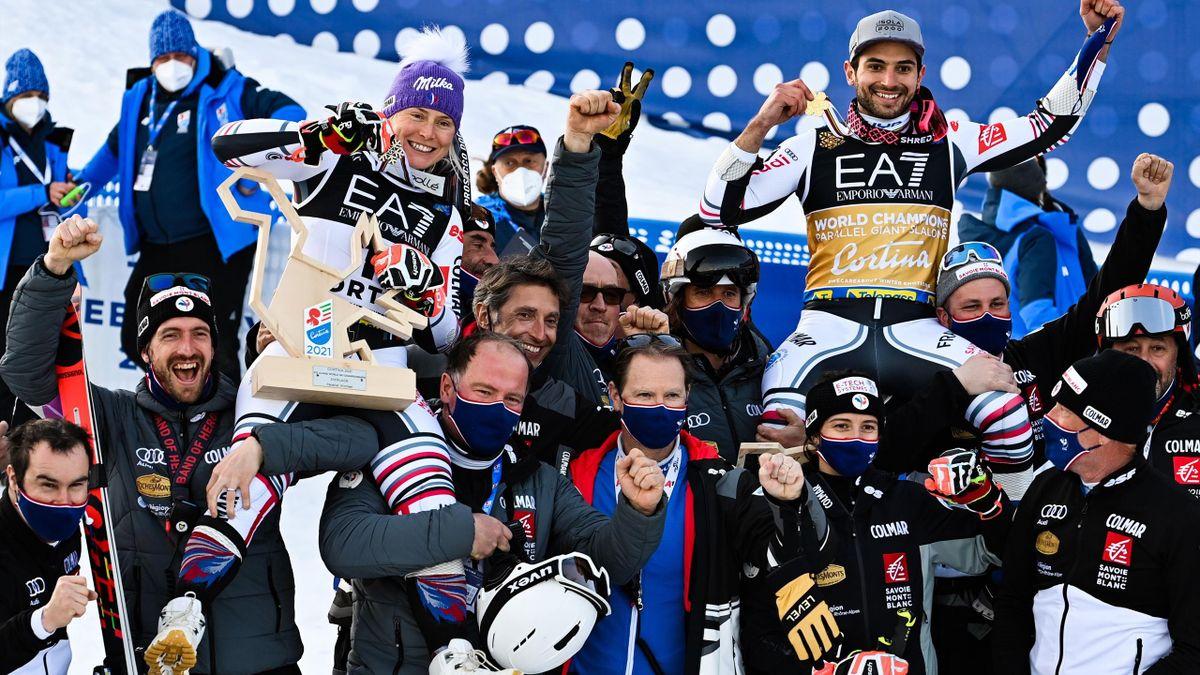 Tessa Worley (bronze) et Mathieu Faivre (or) sont portés en triomphe par l'équipe de France après avoir rapporté chacun une médaille sur l'épreuve du parallèle ce mardi 16 février 2021 aux Mondiaux de Cortina d'Ampezzo