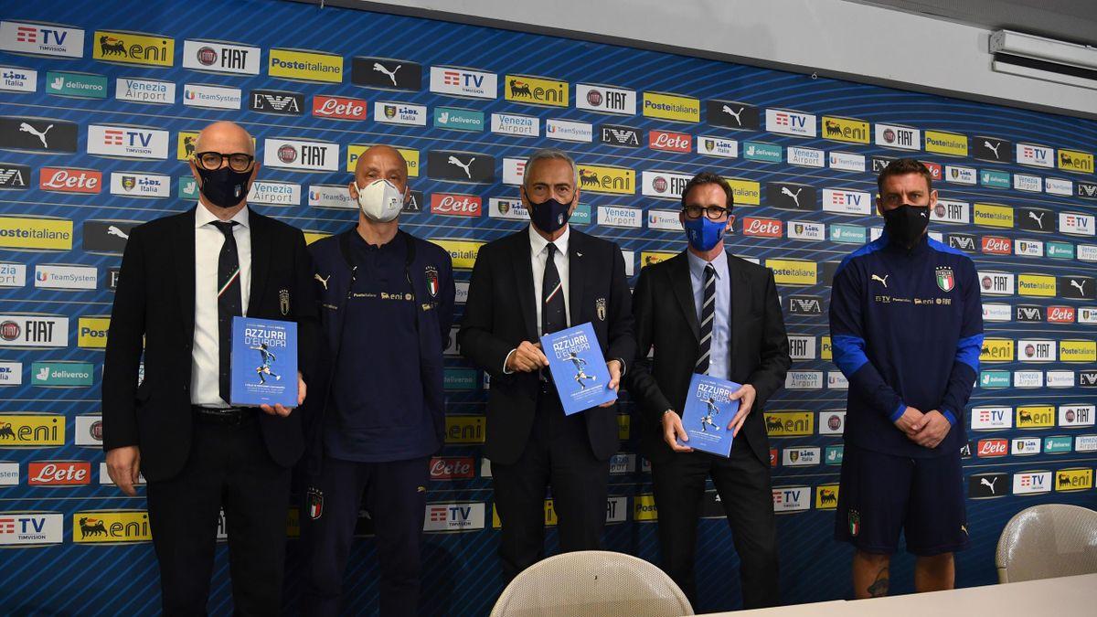 Vialli e De Rossi, insieme a Gravina, in una foto parte dello staff di Mancini in Nazionale Italia