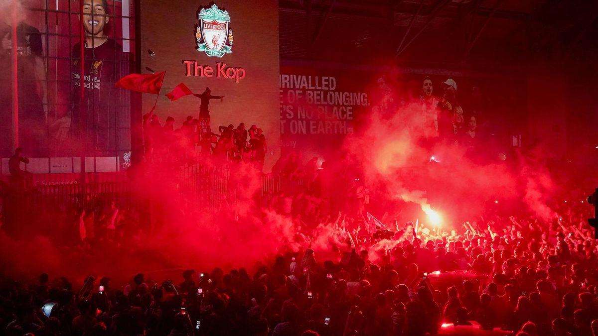 Fanii lui Liverpool sărbătorind titlul cu numărul 19