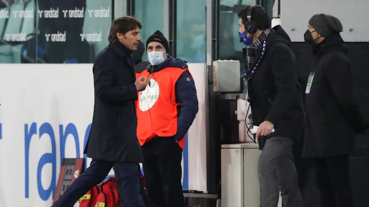 Antonio Conte imbocca l'uscita del tunnel all'intervallo di Juve-Inter
