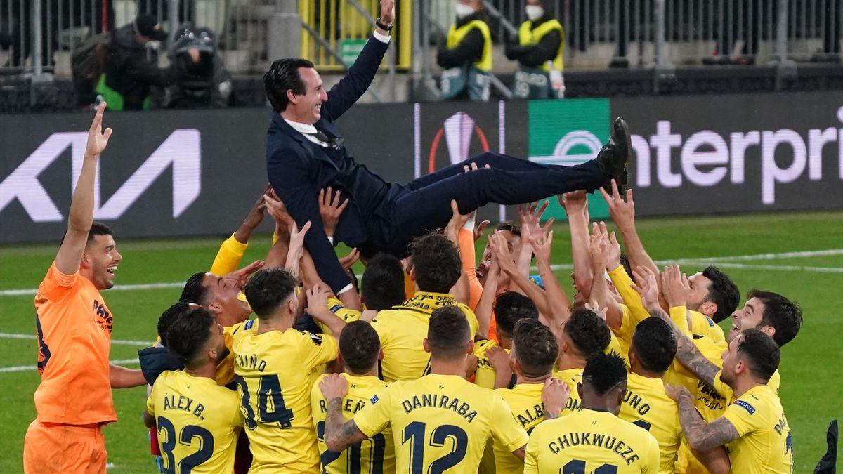 Unai Emery, porté en triomphe après la victoire de Villarreal en Ligue Europa