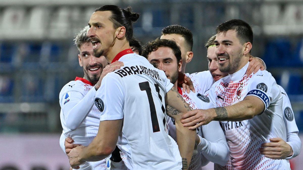 Zlatan Ibrahimovic (vorne) und der AC Mailand jubeln über den Auswärtssieg in Cagliari