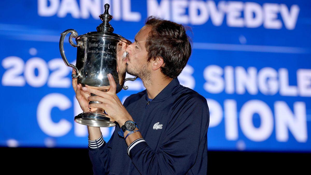 Daniil Medvedev mit dem US-Open-Pokal