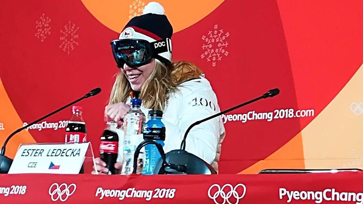Ester Ledecka, con gafas en la rueda de prensa tras ser campeona olímpica