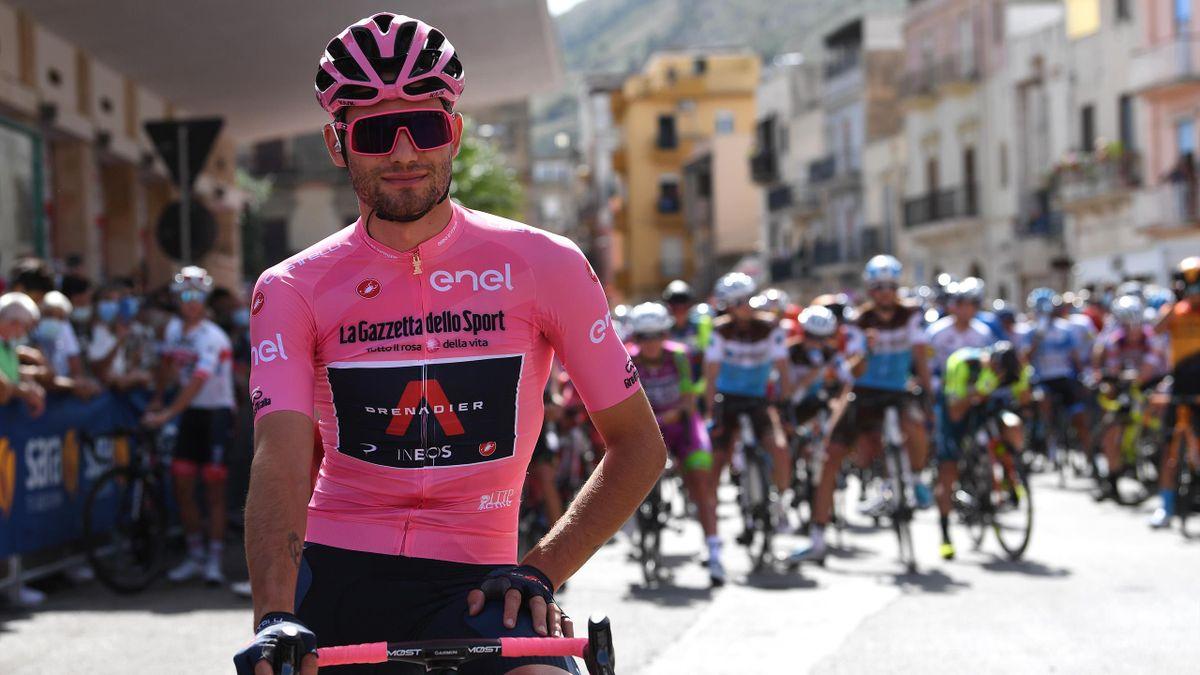 Filippo Ganna in maglia rosa alla partenza della Alcamo-Agrigento, 2a tappa del Giro d'Italia 2020.