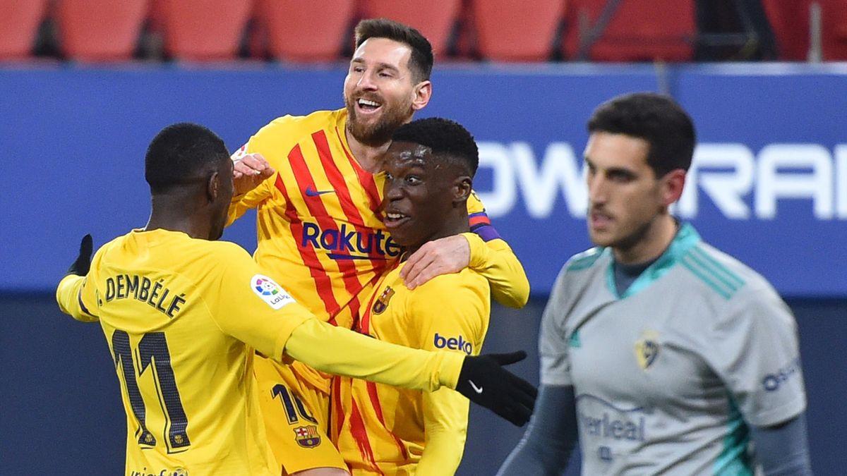 Lionel Messi (mitte) und der FC Barcelona schlagen CA Osasuna