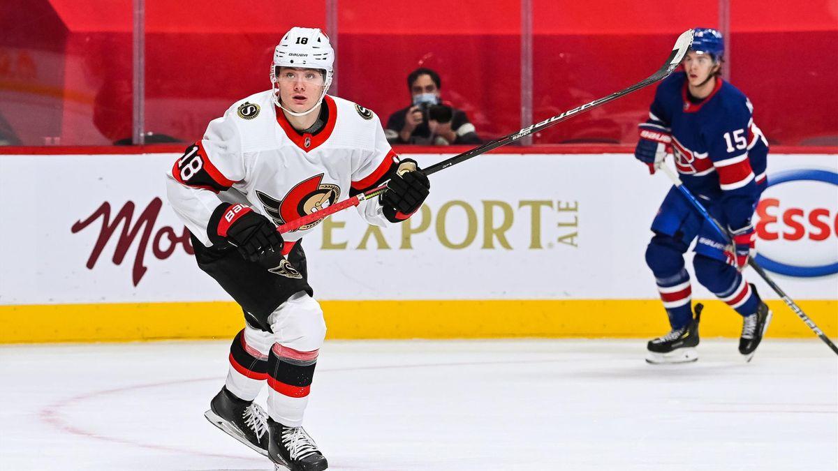 Tim Stützle (links) im Trikot der Ottawa Senators im Spiel gegen die Montreal Canadiens