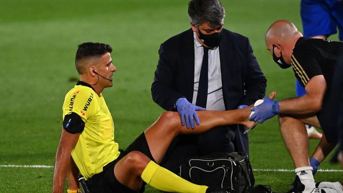 Arbitrul Gil MAnzano primește îngrijiri medicale de la medicii lui Real Madrid