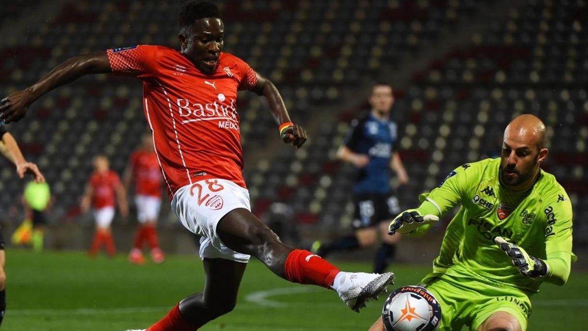 Matthieu Dreyer face à Moussa Koné lors de Nîmes - Lorient en Ligue 1