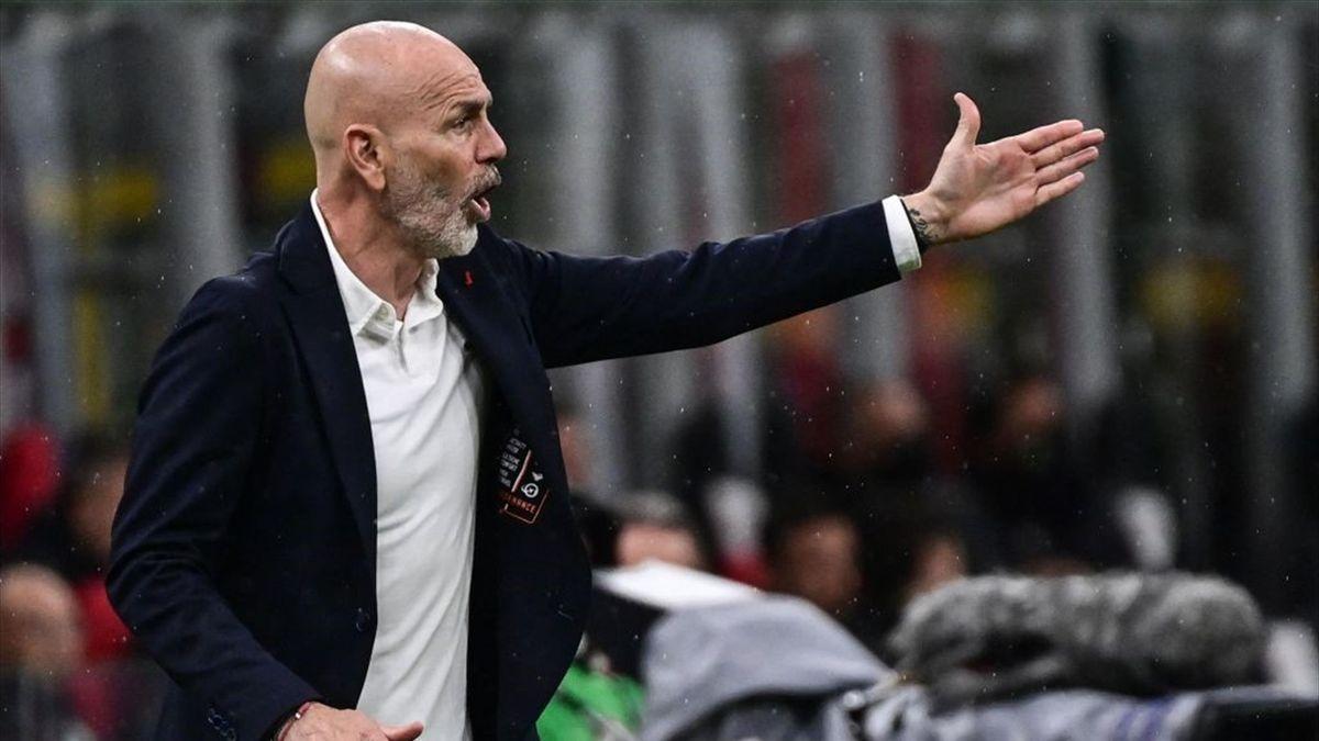 Stefano Pioli dà indicazioni dalla panchina durante Milan-Sassuolo - Serie A 2020/2021 - Getty Images