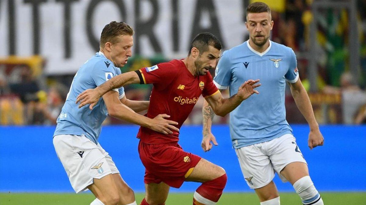 Lucas Leiva a duello durante il derby Lazio-Roma - Serie A 2021/2022