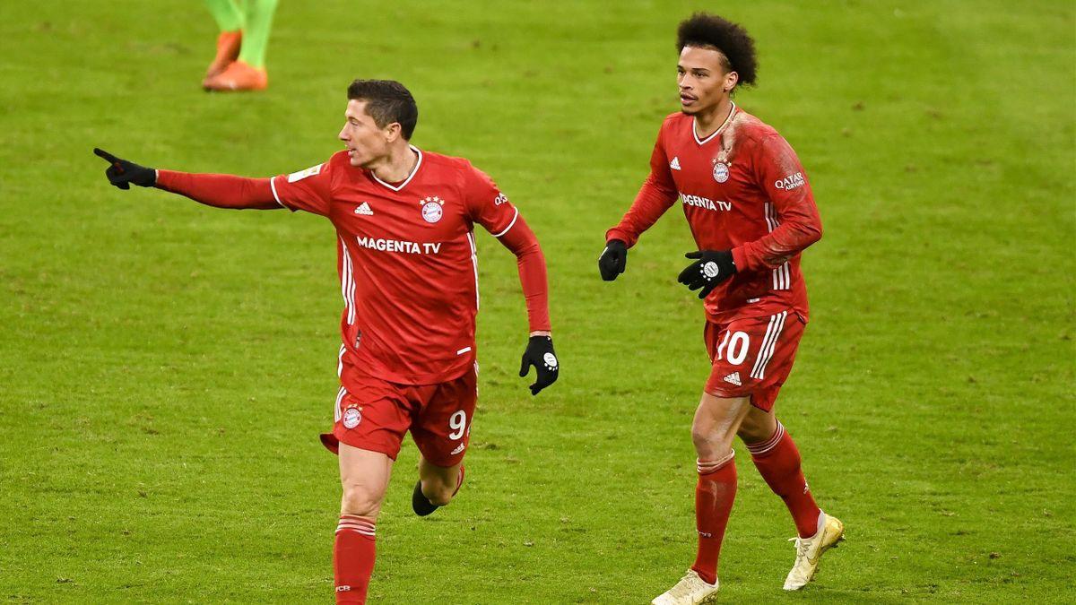 Robert Lewandowski (l.) jubelt - FC Bayern München vs. VfL Wolfsburg