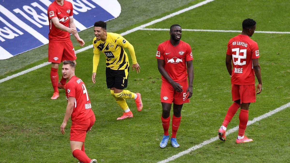 Jadon Sancho (Mitte) jubelt über das 3:2 - Borussia Dortmund vs. FC Bayern München