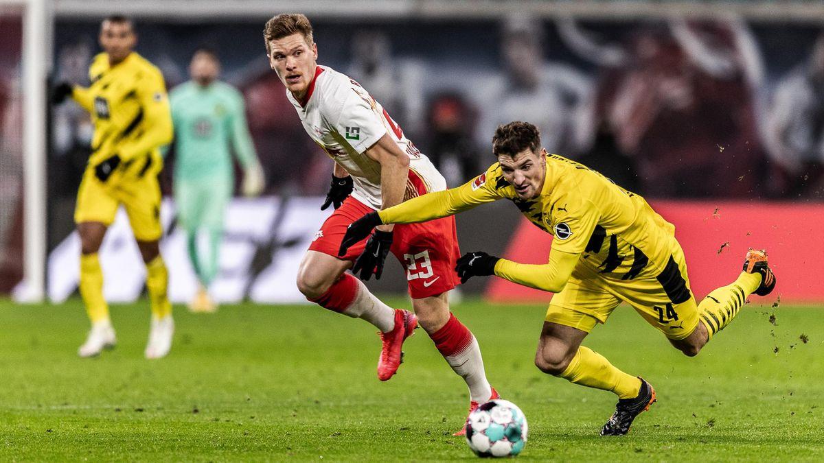 Marcel Halstenberg (links; RB Leipzig) und Thomas Meunier (Borussia Dortmund)