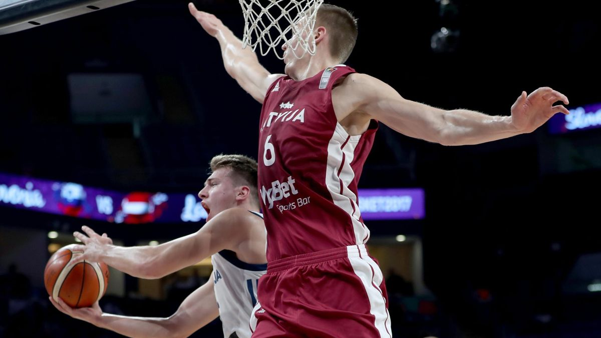 Luka Doncic (Eslovenia) tira a canasta ante Kristaps Porzingis (Letonia) en el Eurobasket