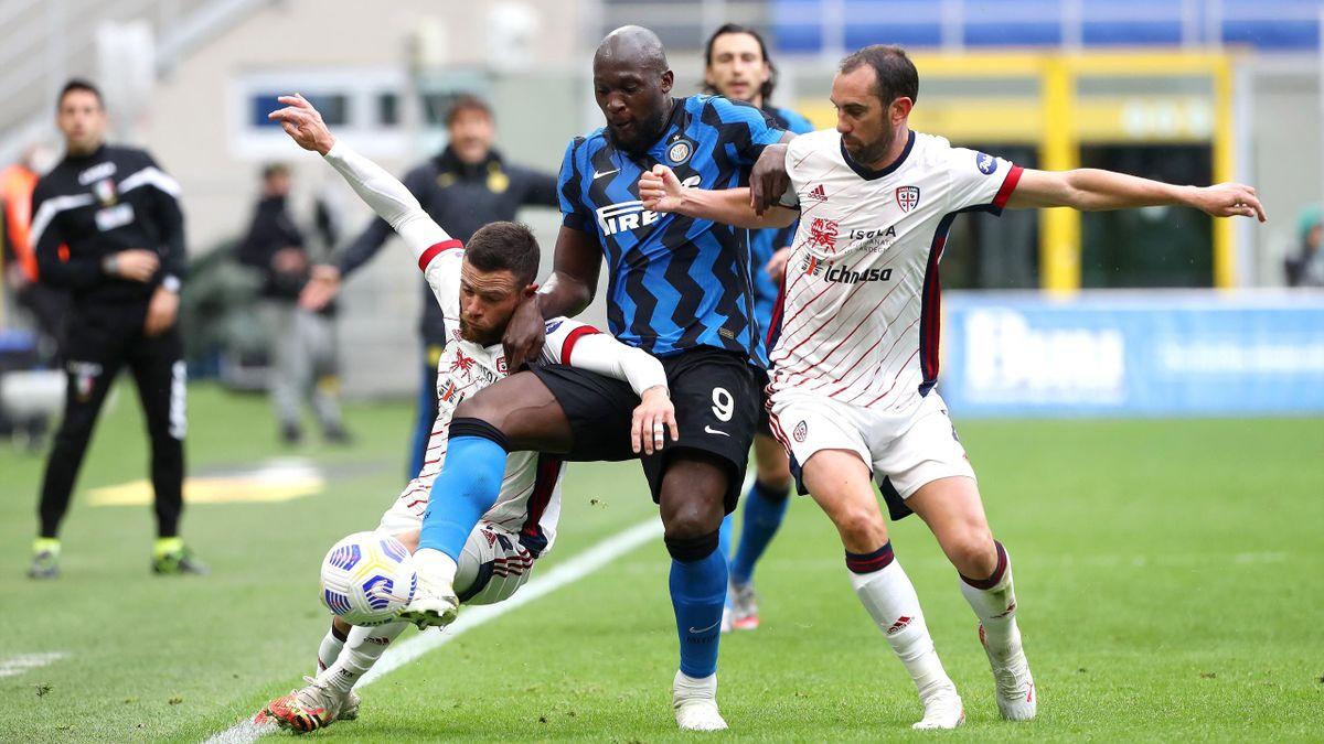 Inter-Cagliari, Serie A 2020-2021: da sinistra Nahitan Nandez (Cagliari), Romelu Lukaku (Inter) e Diego Godin (Cagliari) (Getty Images)