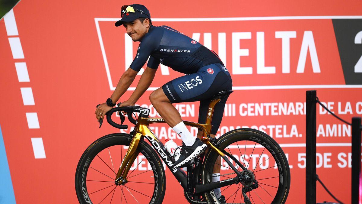 Carapaz op zijn gouden fiets tijdens de ploegenpresentatie van La Vuelta