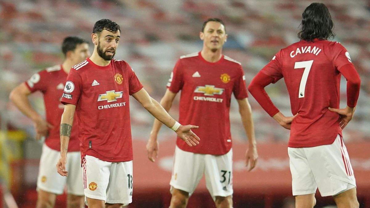 Bruno Fernandes (L) and teammates react after conceding their second goal during the Premier League football match between Manchester United and Sheffield United