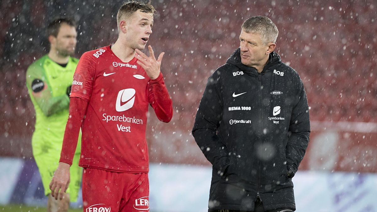 Tidligere Brann-spiller Nicholas Marthinussen i dialog med trener Lars Arne Nilsen.
