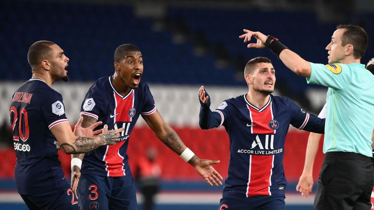 Kurzawa, Kimpembe et Verratti protestent une décision de Ruddy Buquet lors de PSG - AS Monaco (0-2) en Ligue 1