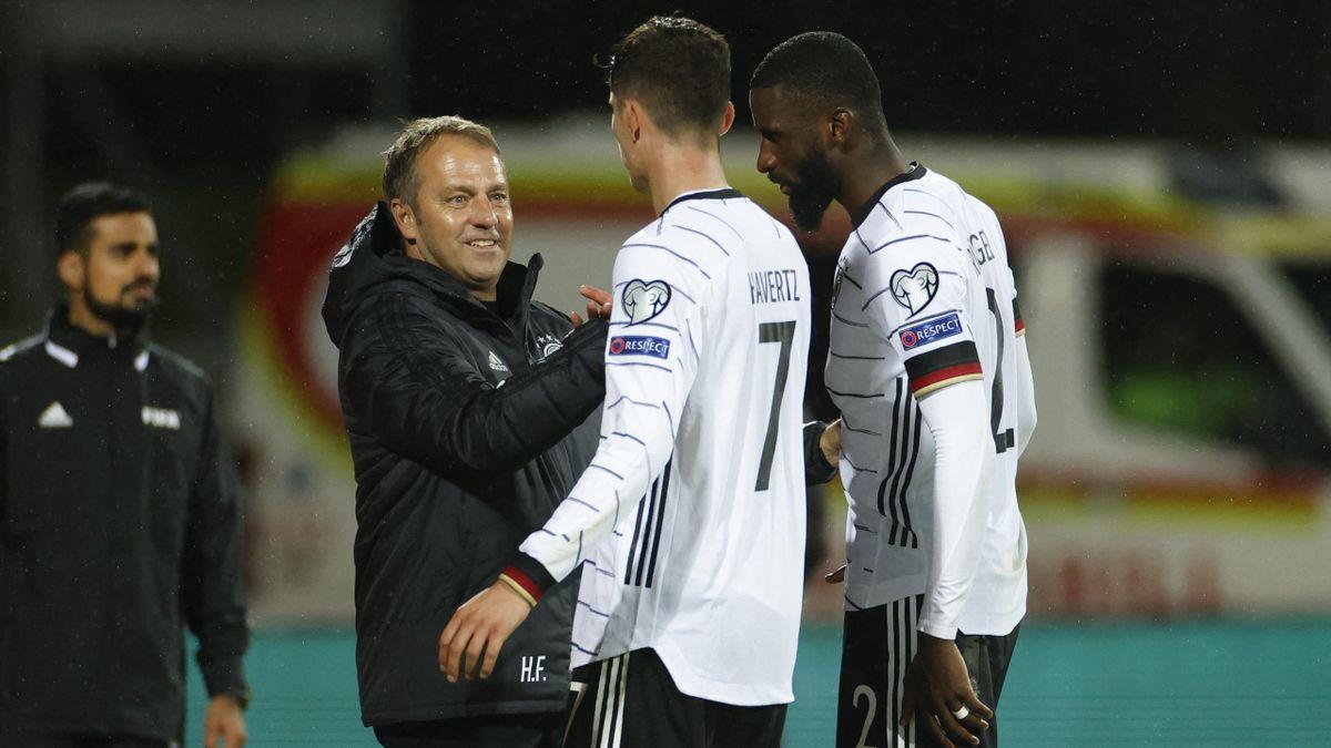 Hansi Flick mit Kai Havertz und Antonio Rüdiger