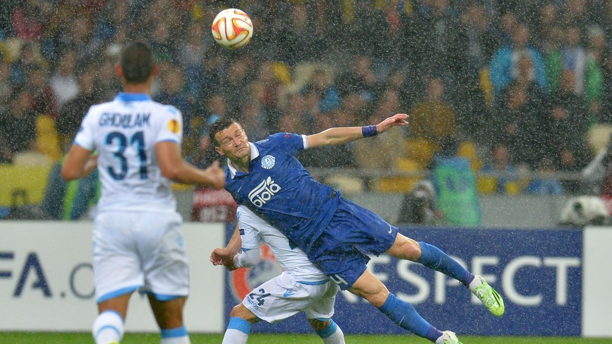 FC Dnipro's Artem Fedetskiy (C) heads the ball during the UEFA Europa League semi-final second leg football match FC Dnipro vs SSC Napoli, on May 14, 2015 in Kiev