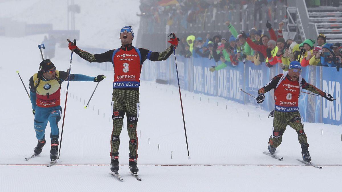 Simon Schempp (Mitte) und Erik Lesser (r.) kämpften in der vergangenen Saison um ihre Form. In der kommenden Saison wollen sie wieder so jubeln wie auf diesem Bild in Oberhof 2017