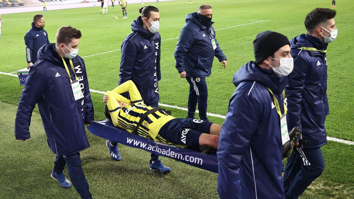Mesut Özil musste mit der Trage vom Platz getragen werden