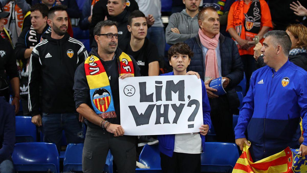 Des supporters de Valence réclament le départ de Peter Lim