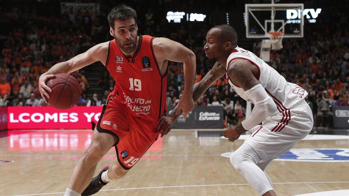 Fernando San Emeterio (Valencia Basket) ante la defensa de Tarence Kinsey (Hapoel Jerusalem)