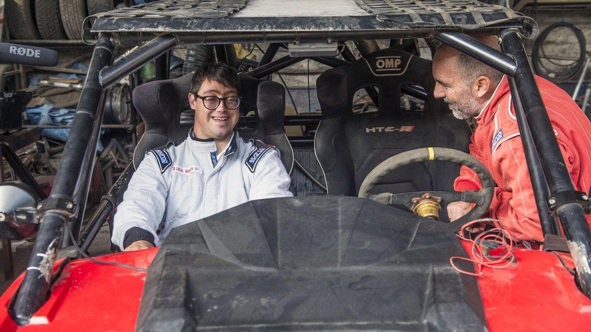 Lucas Barron, premier participant trisomique de l'histoire du Dakar, en compagnie de son père Jacques.
