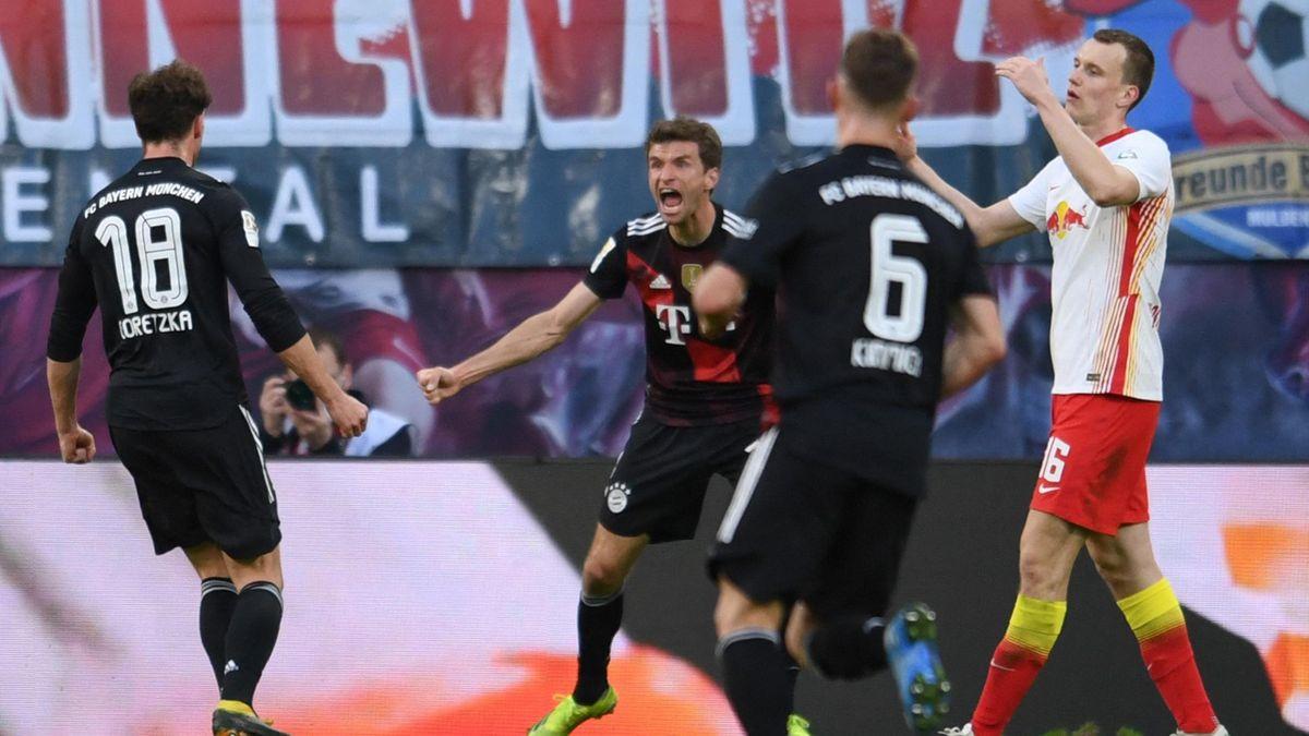 Thomas Müller (Mitte) feiert das Tor von Leon Goretzka - RB Leipzig vs. FC Bayern München