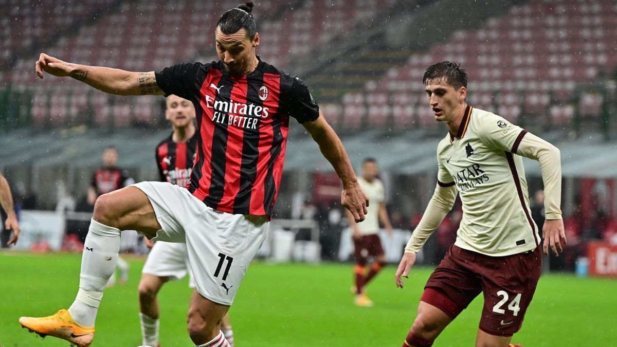 Milans Zlatan Ibrahimovic im Duell mit Marash Kumbulla von der AS Rom