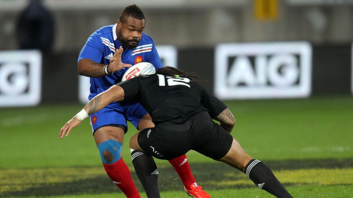 Mathieu Bastareaud of France (L) is tacked by Ma'a Nonu of New Zealand during the third France vs New Zealand rugby union test match, at Yarrow stadium in New Plymouth on June 21, 2013