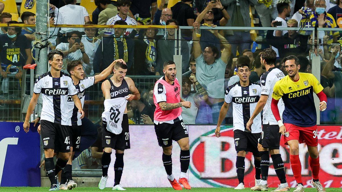 Parma-Benevento, Serie B 2021-2022: esultanza di Valentin Mihaila al gol dell'1-0 al 97' (Imago)
