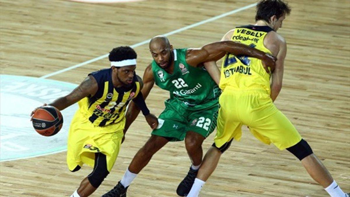 Euroleague Top 16 turu maçında Fenerbahçe Darüşşafaka'yı deplasmanda 106-100 mağlup etti