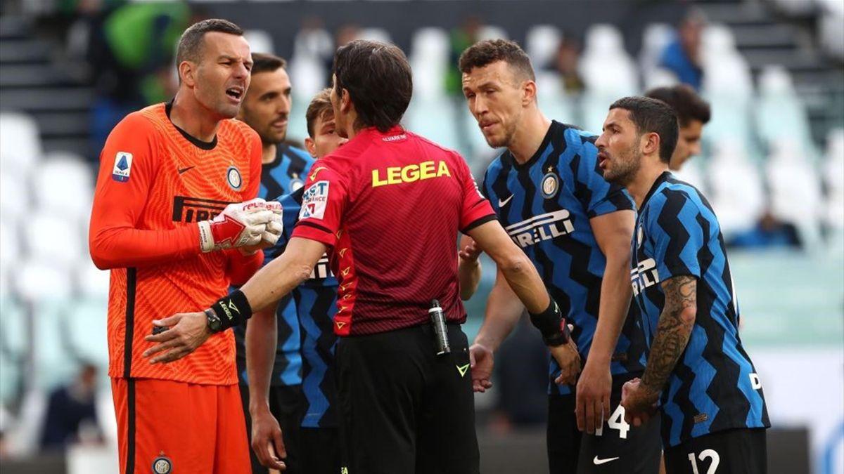 I giocatori dell'Inter protestano con l'arbitro Calvarese - Juventus-Inter Serie A 2020-21
