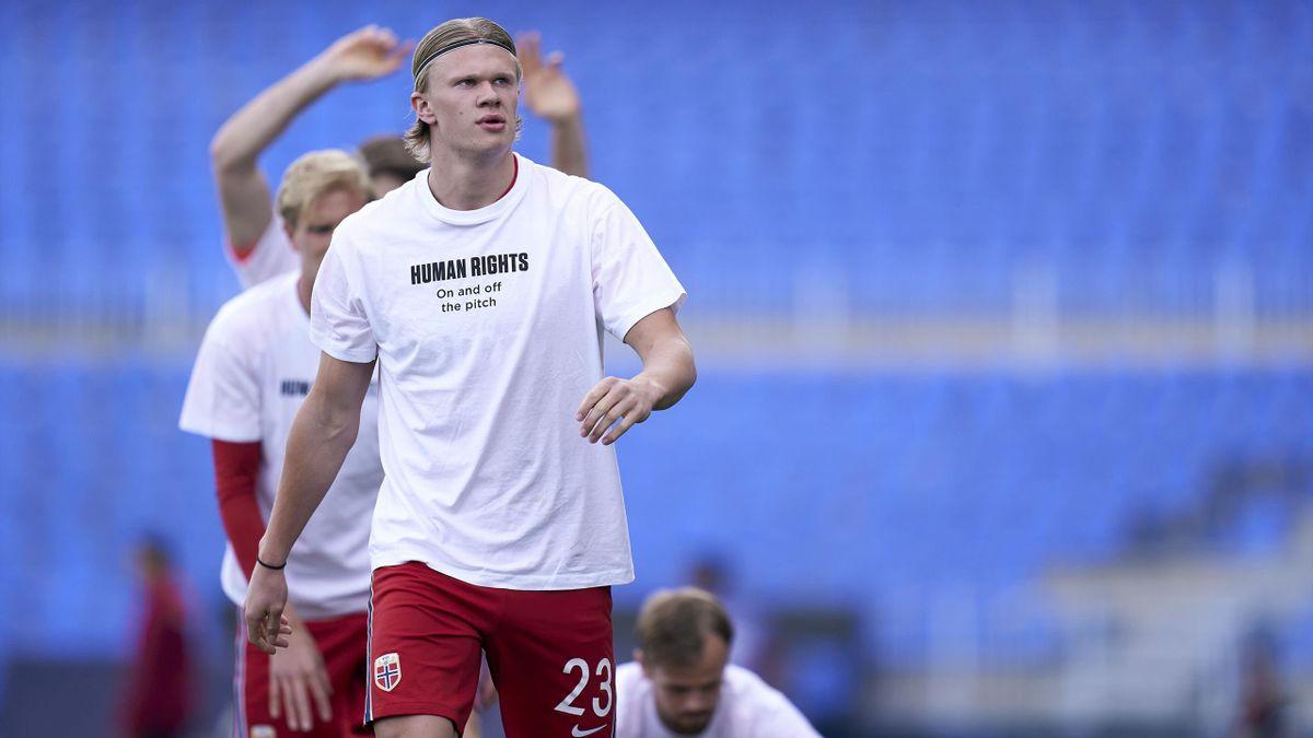 Erling Braut Haaland og resten av det norske landslaget protesterte mot manglende menneskerettigheter i forkant av kampen mot Tyrkia. Det gjorde de også før kampen mot Gibraltar.