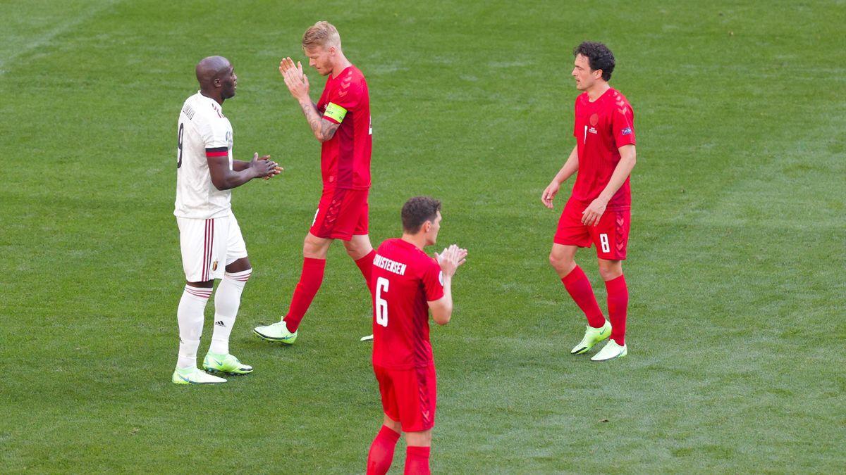 De danske og belgiske spillerene stoppet opp og applauderte for Christian Eriksen sammen med publikum, trenere og dommerene i ett minutt under EM-kampen i Parken torsdag kveld.