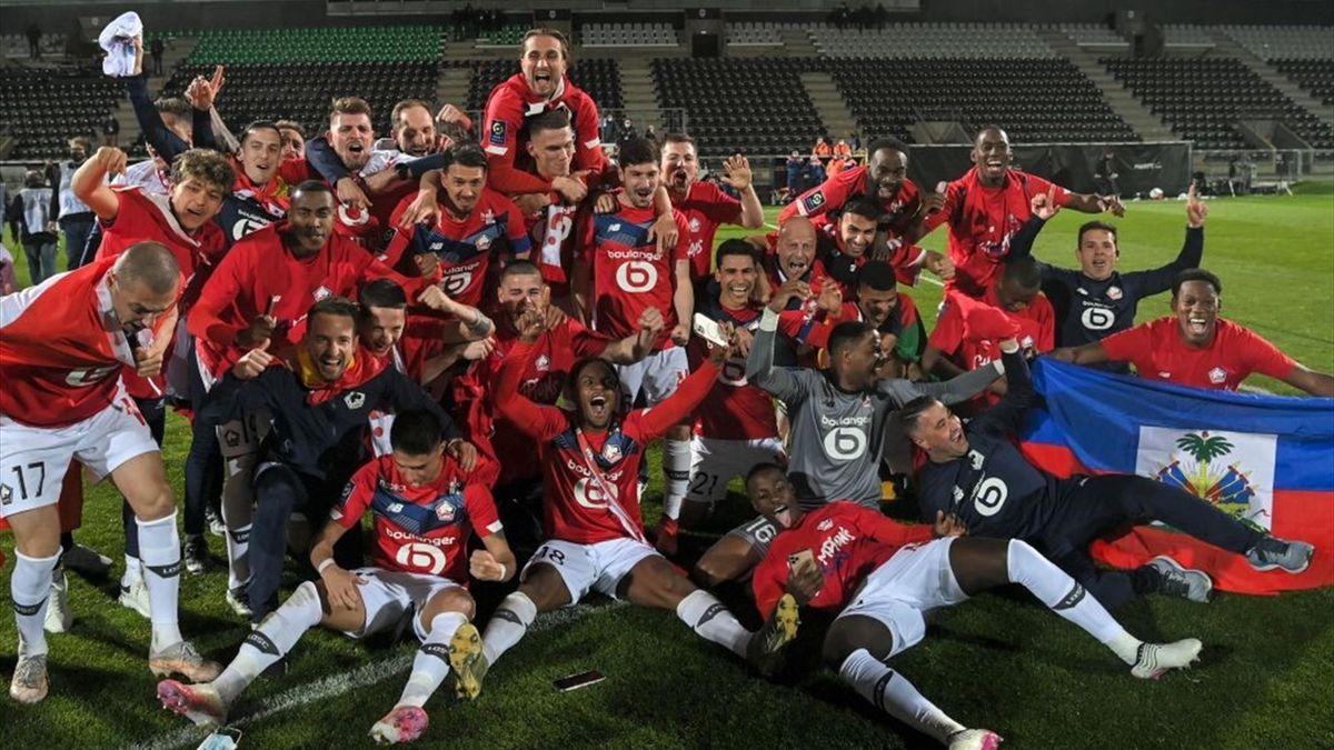 I giocatori del Lille festeggiano il titolo di Ligue 1 vinto nella stagione 2020-2021 dopo il 2-1 in casa dell'Angers
