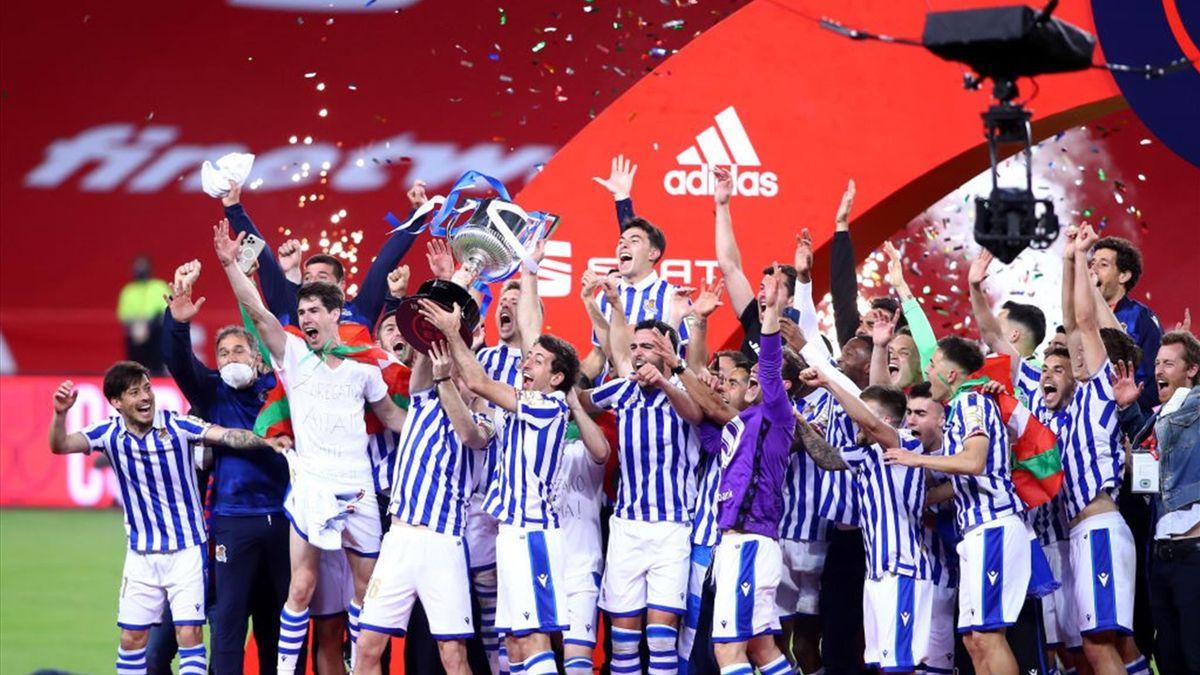 La Real Sociedad alza il trofeo della Coppa del Re 2019-2020 dopo la finale vinta contro l'Athletic (finale disputata il 3 aprile 2021) - Getty Images
