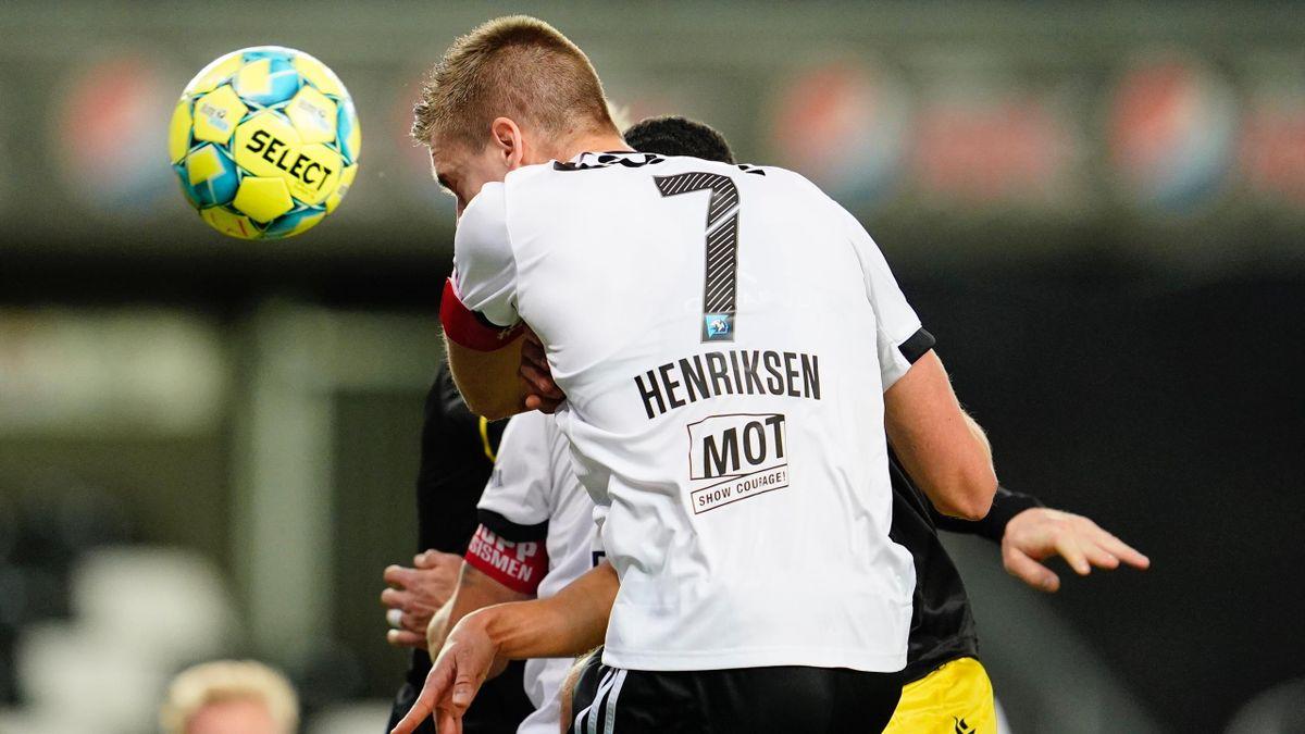 RBKer Markus Henriksen i duell med en Start-spiller under hjemmekampen mot sørlendingene i 2020.