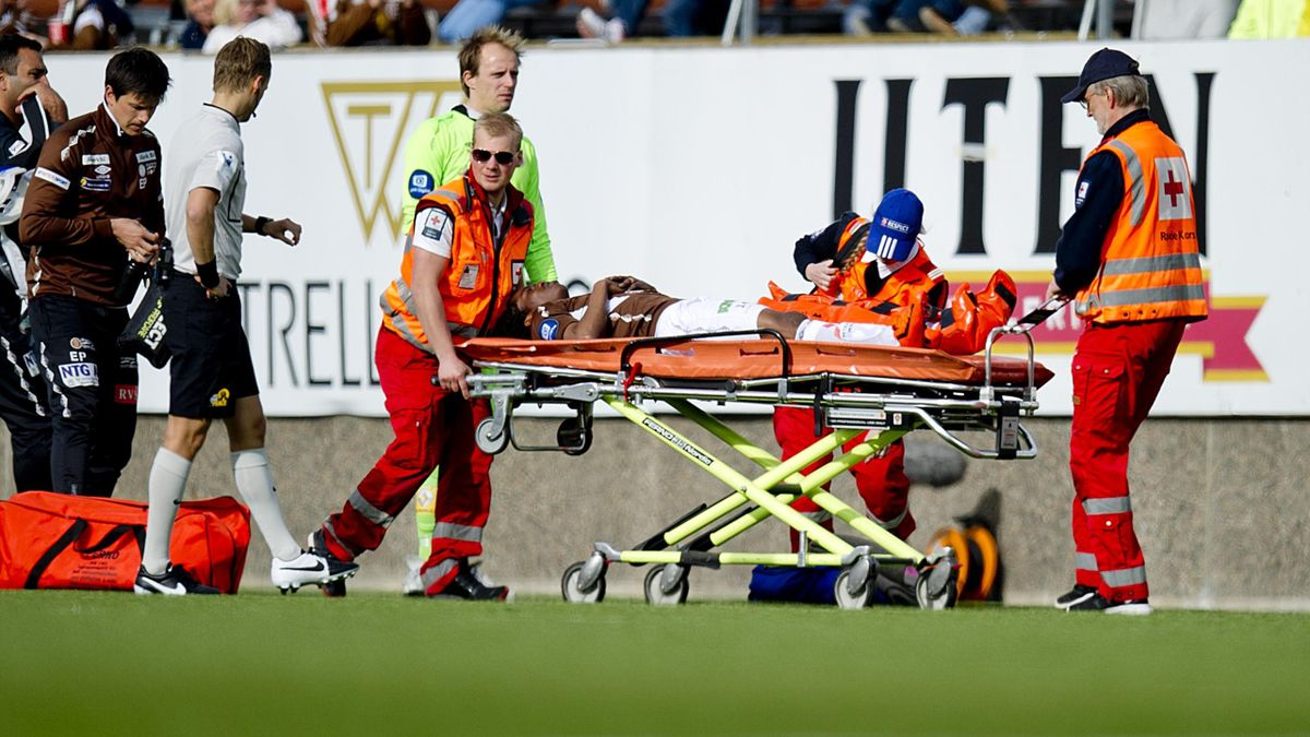 Vamouti Diomande fraktes av banen på båre etter en skade i eliteseriekampen i fotball mellom Mjøndalen og Start på Isachsen stadion.