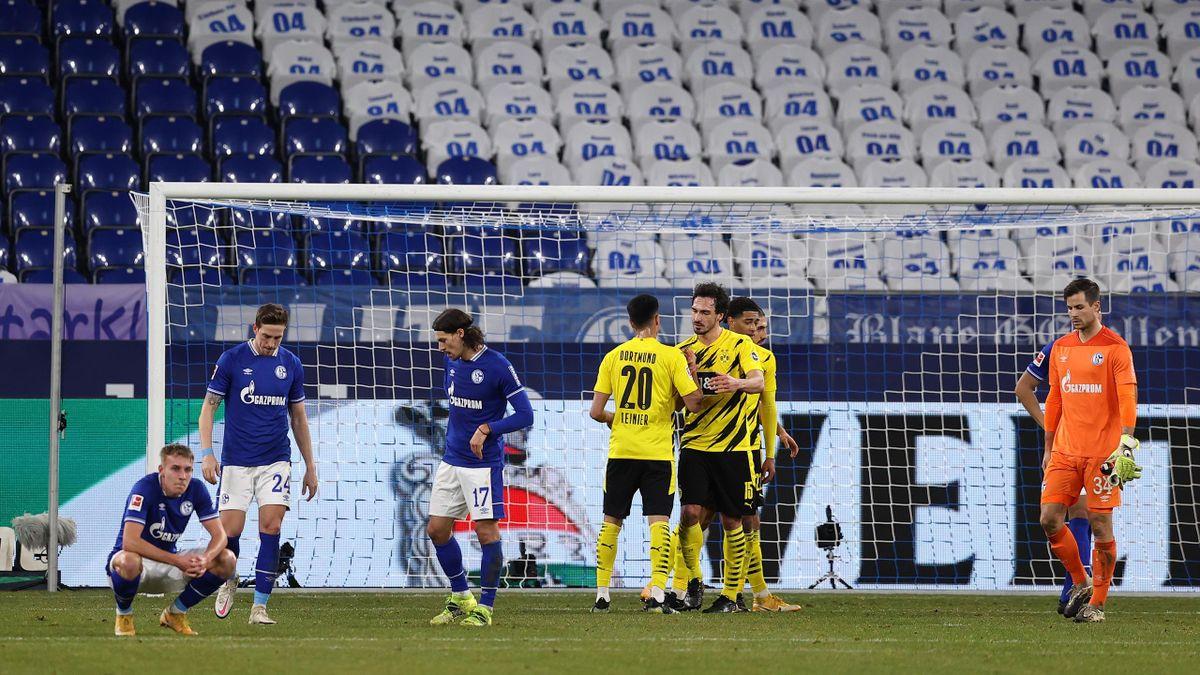 Die Spieler des FC Schalke 04 (l.) sind nach der 0:4-Niederlage gegen bedient