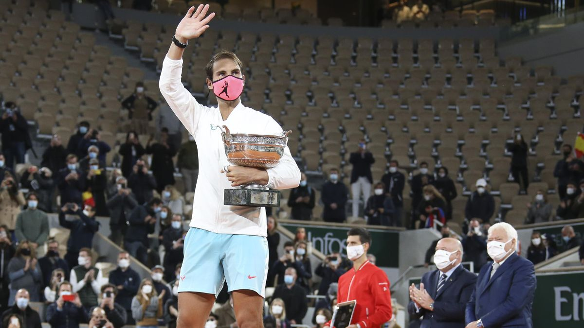 Rafa Nadal saluda con el trofeo de ganador de Roland-Garros