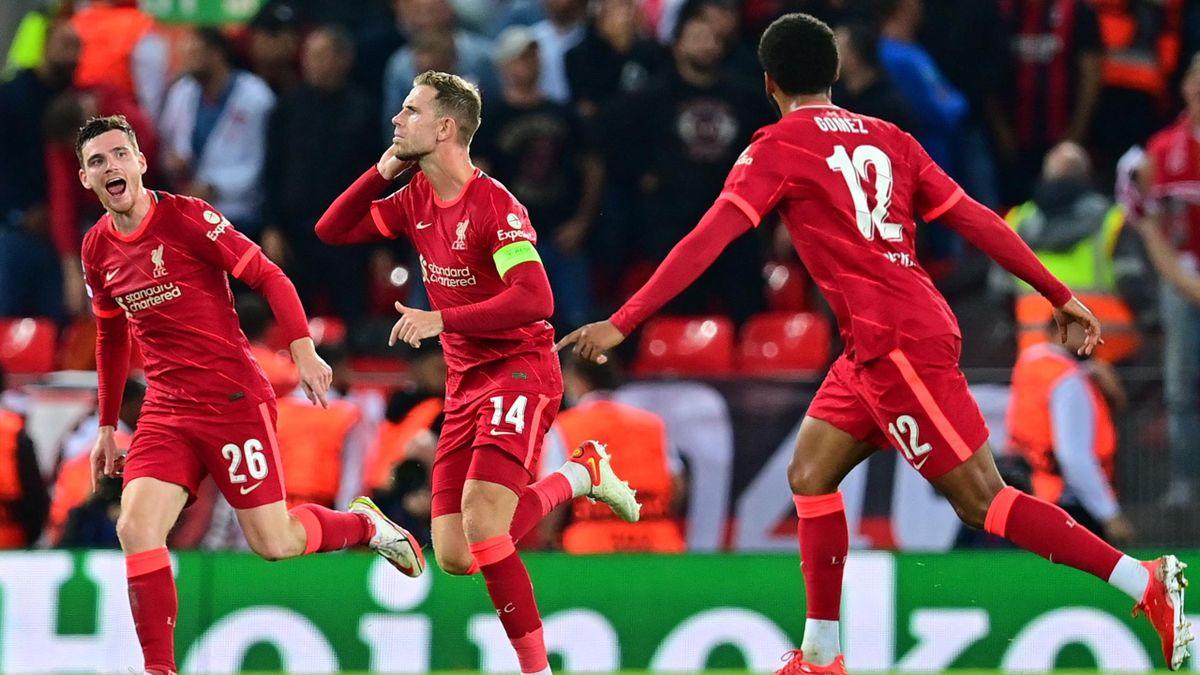 Liverpool-Kapitän Jordan Henderson (Mitte) bejubelt seinen 3:2-Treffer gegen den AC Mailand